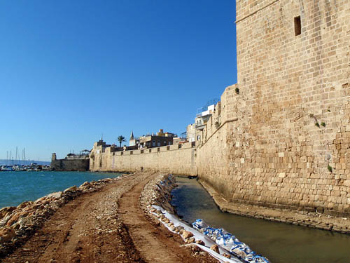 Akko Crusader wall. Excavated area of Hellenstic Harbor. Photo: Kobi Sharvit, IAA.