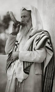 Yemenite Rabbi blowing shofar.
