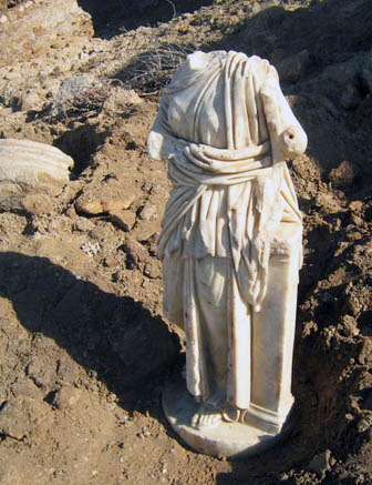 Roman-era statue uncovered by storm at Ashkelon. Photo: IAA.
