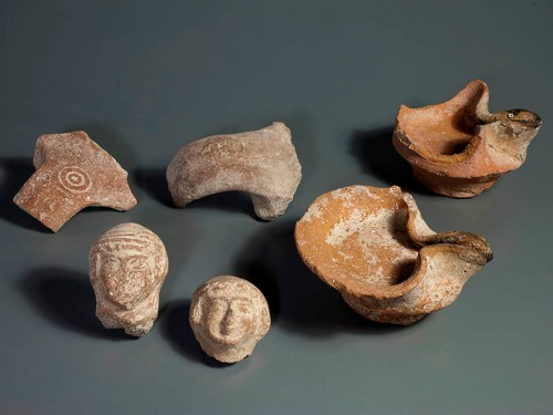 Various finds from the fill layer of the end of the First Temple Period: oil lamps, LMLK stamped handles and female figurines. Photo: Clara Amit, Israel Antiquities Authority.