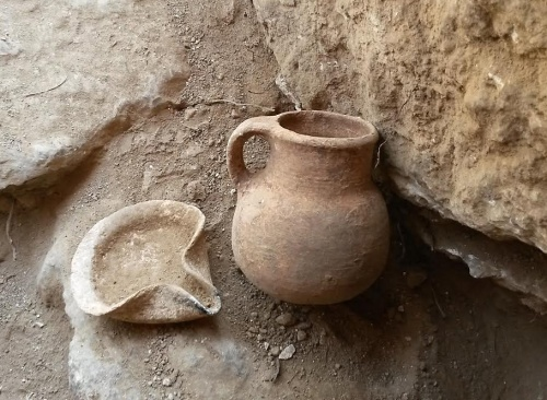 An oil lamp and a ceramic jar that date to the Iron Age, which were discovered in the cave. Photographic credit: the Unit for the Prevention of Antiquities Robbery of the Israel Antiquities Authority.
