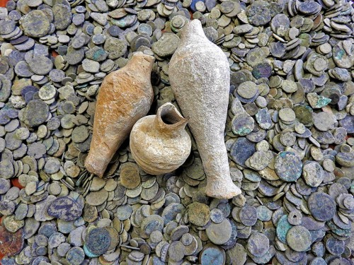 Pottery and coins confiscated by the Israel Antiquities Authority near Beit Shean, Nov. 24, 2015. Photo: IAA.