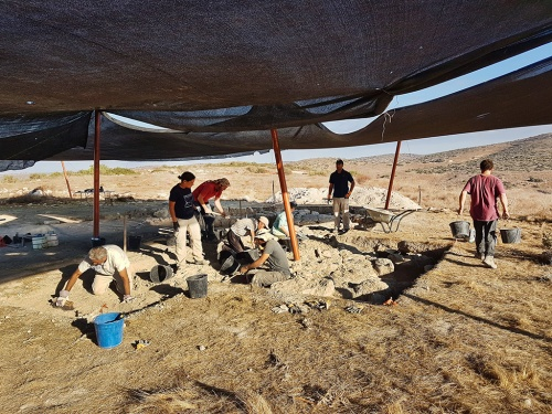 Uncovering the structure (photo: Michal Haber, Israel Antiquities Authority)