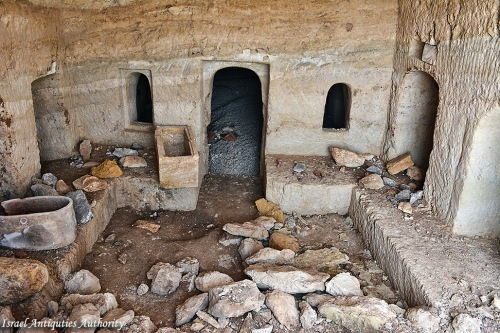 This photo provides a wonderful view into the Roman period tomb with burial niches (kokim) and ossuaries. Photo: Miki Peleg, Israel Antiquities Authority.