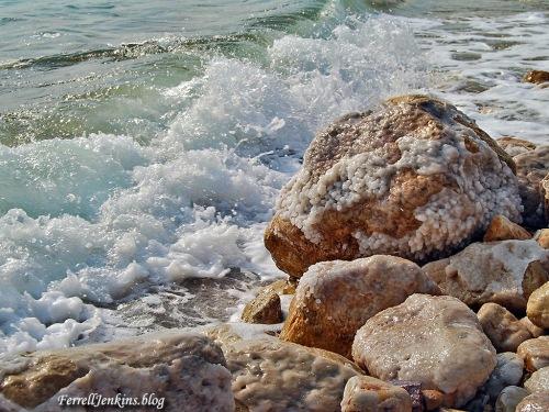 Salt deposits on rocks along the shore of the Dead Sea. Photo: FerrellJenkins.blog..